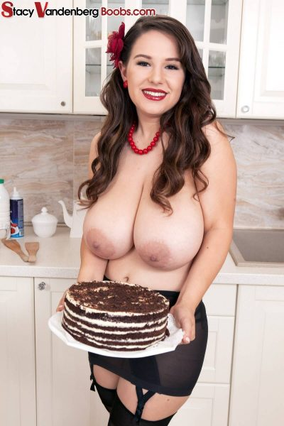 Stacy Vandenberg – The Busty Baker getting Topless (12 photos)