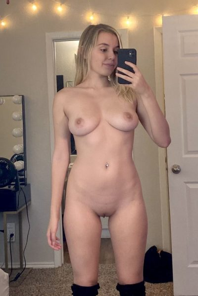 Nude selfie of a ravishing girl with a shapely hot figure