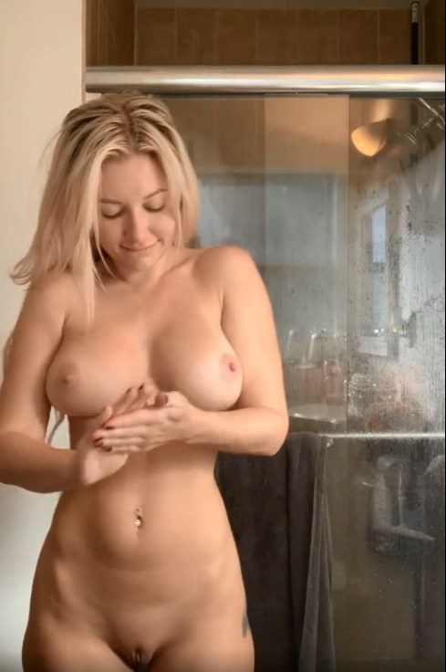 Hot nude babe smeared and rubbed (gif)