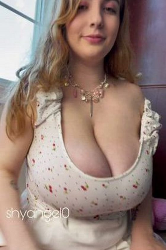 Enormous natural mammaries exposed (gif)