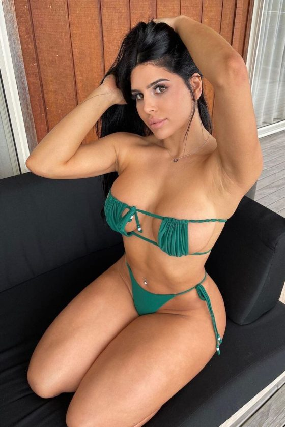 Who loves this bikini babe in green? (3 pics)