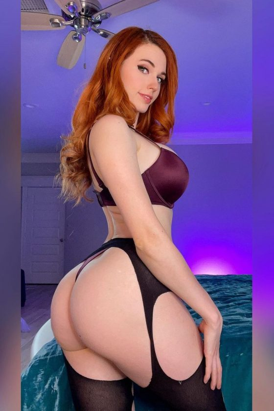 Hot booty streamer in sexy lingerie (4 pics)