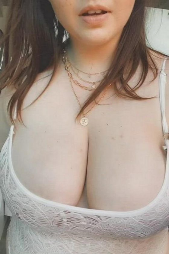 Natural boobs revealed by this cheerful brunette (gif)