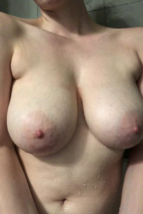 Big natural boobs at the center of WET attention! (gif)