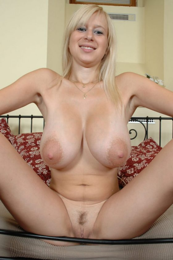 Big titted Girlfriend nude