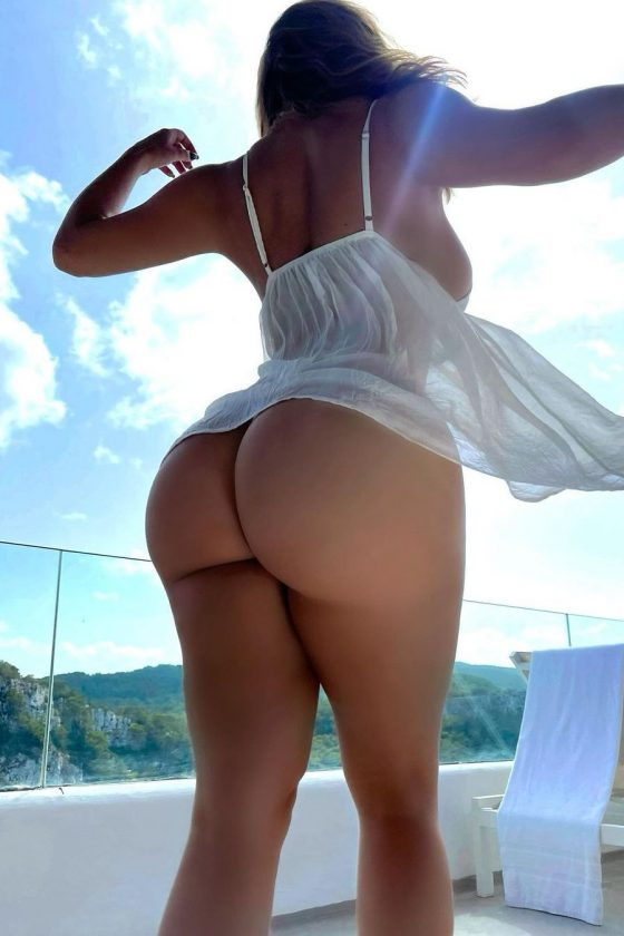 Curvy commitments from Demi Rose (3 pics)