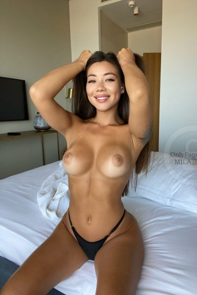Topless fit babe with nice curves