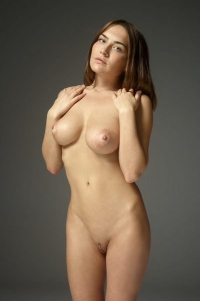 Irresistible nude model presents hot curves